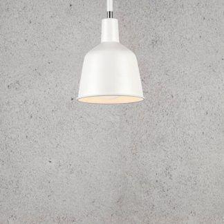 biała metalowa lampa wisząca betonowa ściana