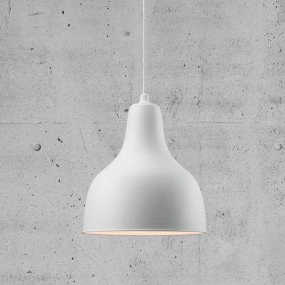 Biała metalowa lampa z szarej aranżacji ścian