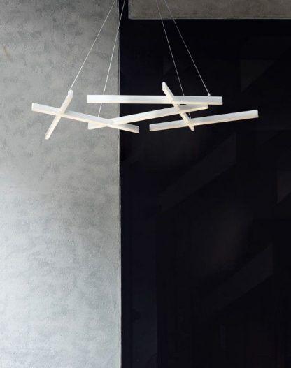biała nowoczesna lampa wisząca na szarej ścianie
