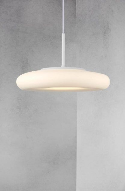 biała płaska nowoczesna lampa do betonowych pomieszczeń