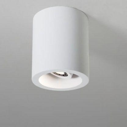 biała tuba sufitowa z regulowanym punktem światła