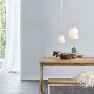 białe lampy do drewnianego dębowego stołu