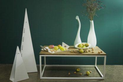 Białe lampy origami na tle zielonej ściany w jadalni