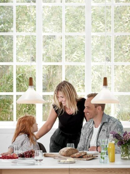 białe lampy skandynawskie nad stół w kuchni i jadalni