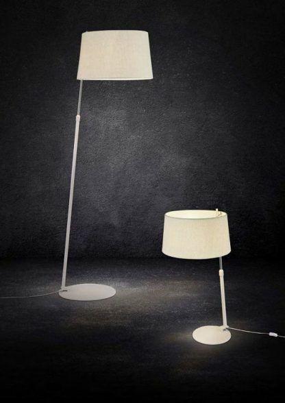 białe lampy stojące w salonie - ciemne ściany