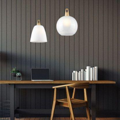 białe lampy wiszące - aranżacje do ściany z panelami