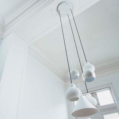białe lampy wiszące do wysokiego sufitu - wiele kloszy