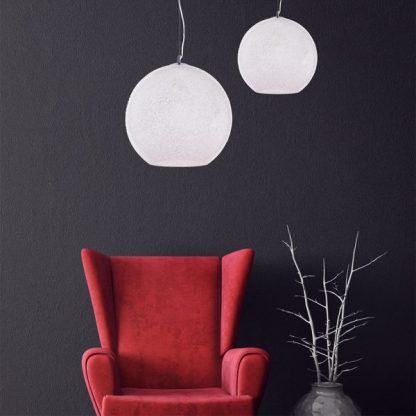 białe lampy wiszace kule do ciemnych ścian i czerwonych mebli