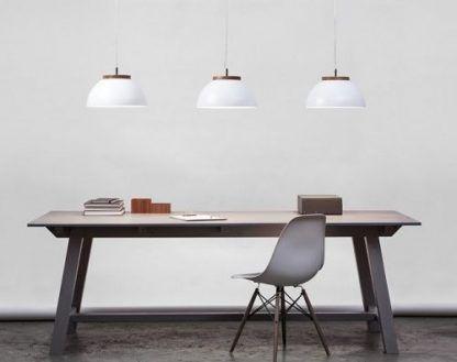 białe lampy wiszące nad dużym stołem w jadalni