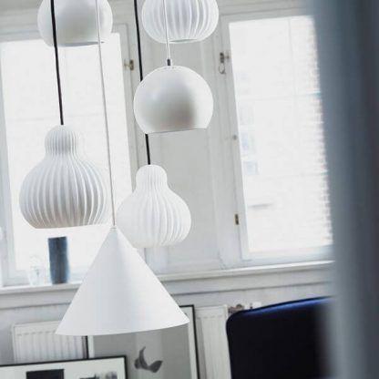 białe lampy wiszące wiele obok siebie nad stołem