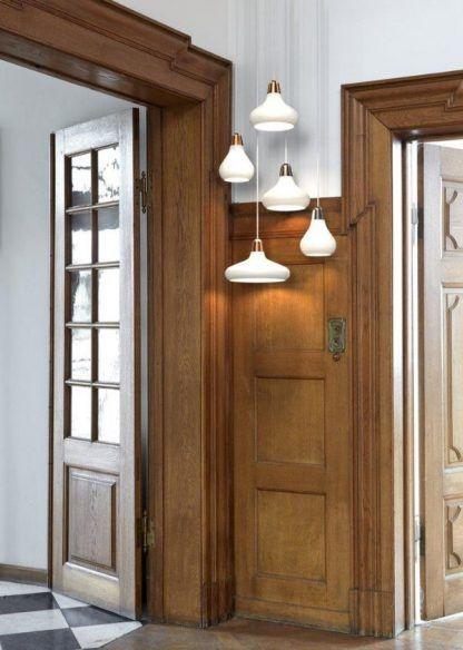 białe lampy z otwartym kloszem do dębowych