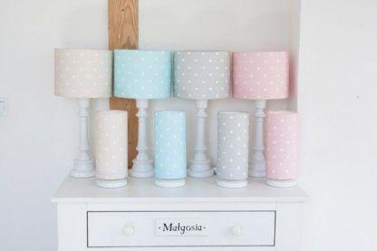 Białe lampy z pastelowymi abażurami w kropki