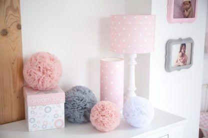 Białe lampy z różowymi abażurami w kropki