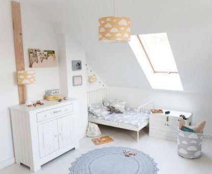 Białe ściany w pokoju z lampą w musztardowym kolorze
