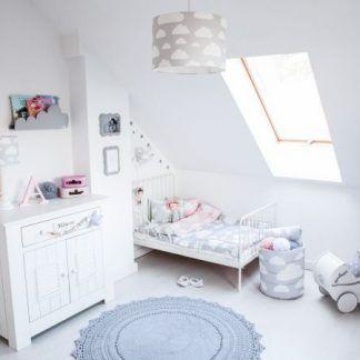 Białe ściany w pokoju z szarą lampą w chmurki