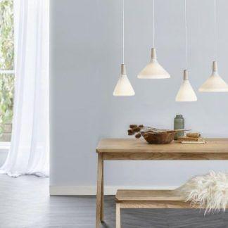 białe szklane lampy nad drewniany stół