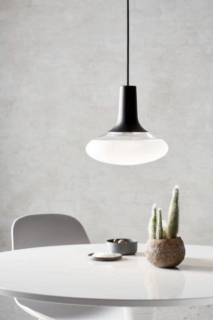 biało czarna lampa do betonowej ściany