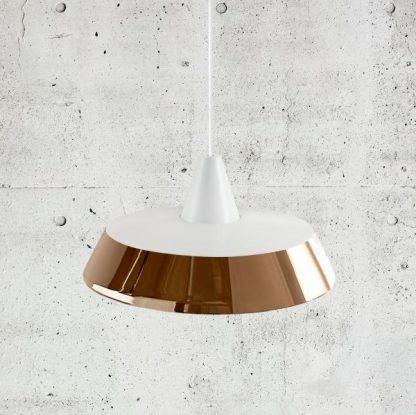 biało miedziana lampa wisząca nad stół - nowoczesny salon