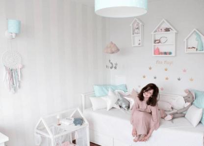 Biało szary pokój z pastelowymi dodatkami