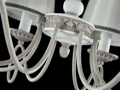 biało-szary żyrandol z klasycznymi dekorami