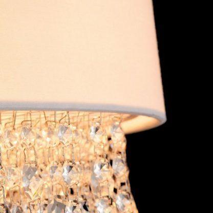 Biały abażur ze zwisającymi kryształkami do salonu