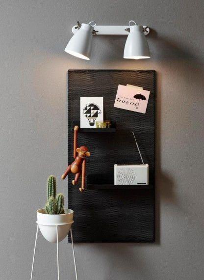 Biały kinkiet do czytania w szarej aranżacji ścian