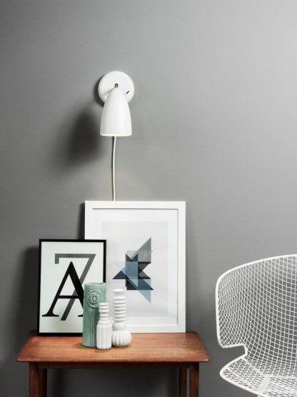 biały kinkiet do jasno szarej sypialni nad stolik