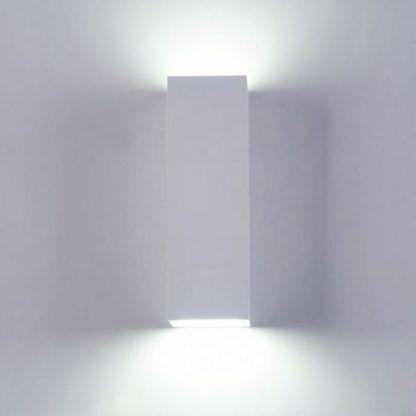 biały kinkiet nowoczesny na ścianę w sypialni nad łózko