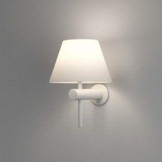 biały kinkiet ścienny z białym abażurem do lustra w łazience