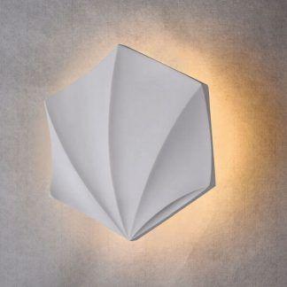 biały kinkiet w kształcie muszelki