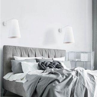 biały kinkiet z abażurem szara sypialnia aranż