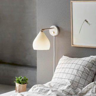 biały kinkiet ze szklanym kloszem szara sypialnia