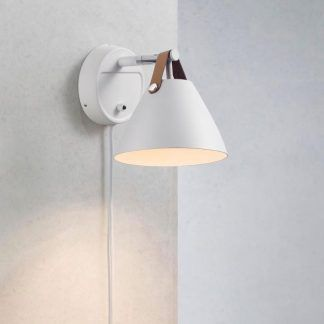 biały metalowy kinkiet z włącznikiem do sypialni