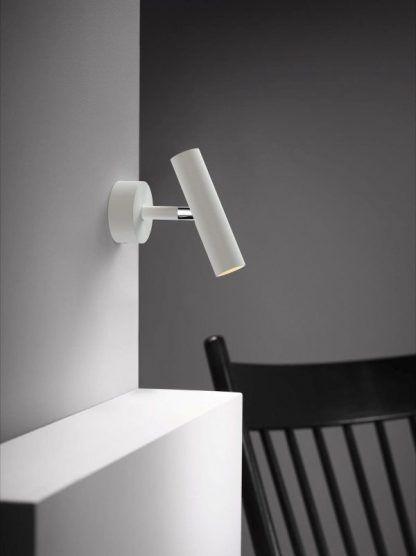 biały nowoczesny kinkiet tuba do szarych ścian w salonie