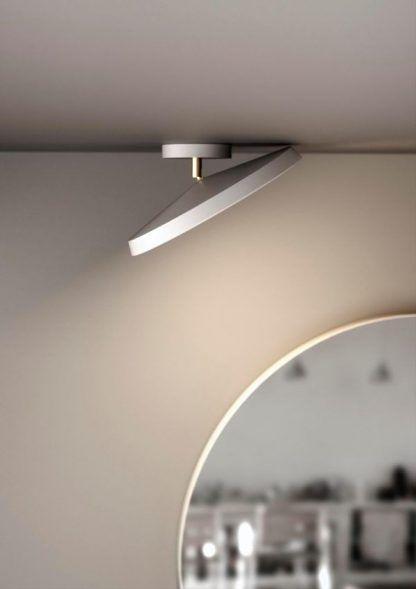 biały plafon na złotej nóżce na szarej ścianie
