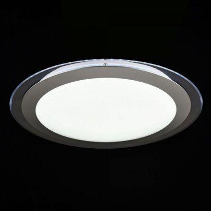 biały plafon w srebrnej ramie kilka kolorów światła