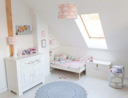 Biały pokój z różową lampą wiszącą w chmurki