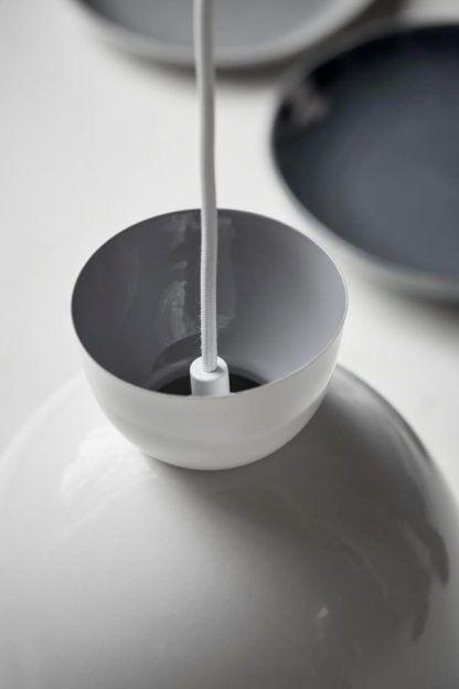 Biały przewód w metalowej lampie wiszącej