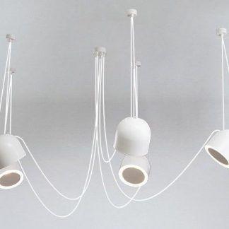 biały żyrandol z podwieszanymi przewodami