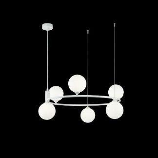 Biały żyrandol ze szklanymi kulami do salonu