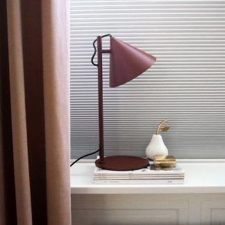 bordowa lampa stołowa do sypialni skandynawskiej