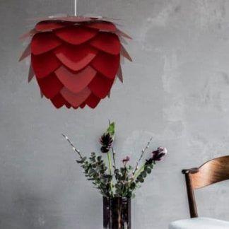 bordowa lampa wisząca na betonowej ścianie