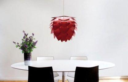 bordowa lampa wisząca nad stołem aranżacja