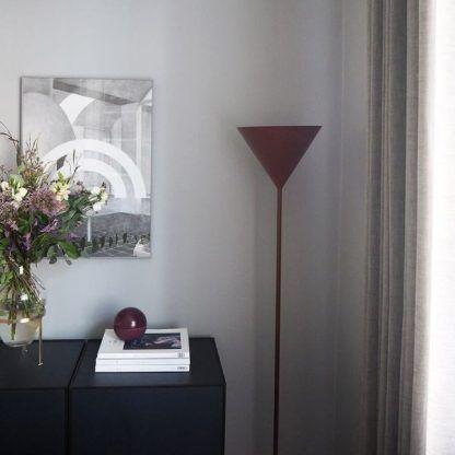 bordowa metalowa lampa podłogowa do salonu