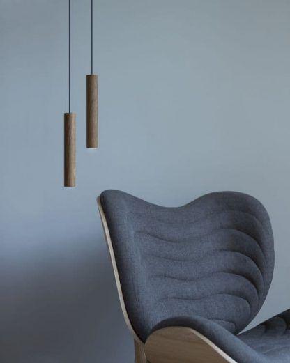 brązowa drewniana lampa wisząca błękitna ściana