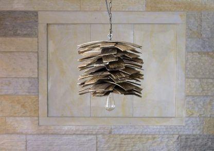 brązowa drewniana lampa wisząca podobna do szyszki