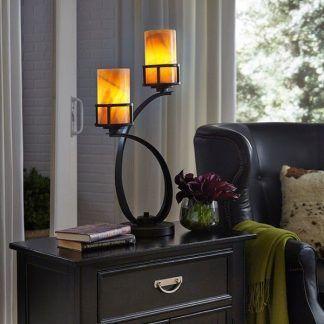 Brązowa lampa na wzór świecznika w aranżacji salonu