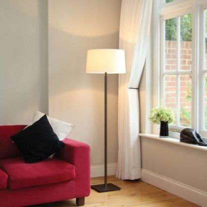 brązowa lampa podłogowa do salonu aranżacja