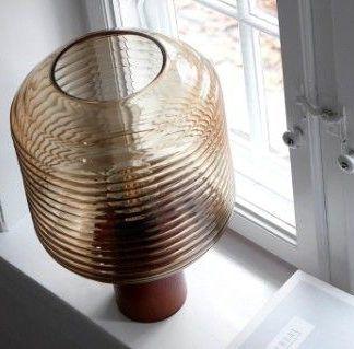 brązowa lampa stołowa szklany klosz drewniana baza