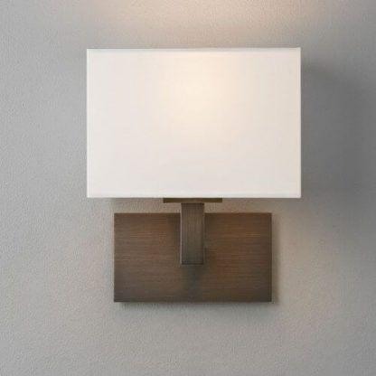 brązowy kinkiet z prostokątnym abażurem sypialnia